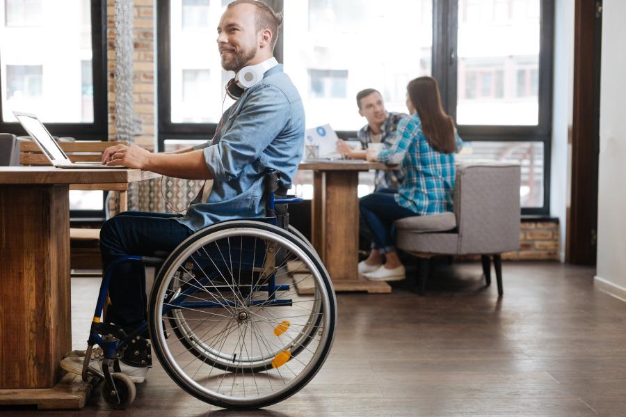 Osoby niepełnosprawne na rynku pracy: przywileje, godziny pracy